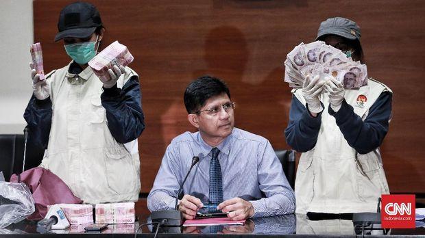 KPK menunjukkan barang bukti OTT kasus suap perijinan Meikarta berupa uang tunai Rp513 juta dan 90 ribu dollar singapura.