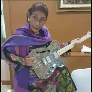 Gelar Amal untuk Palu, Susi Jual Gitar Milik Pejabat KKP