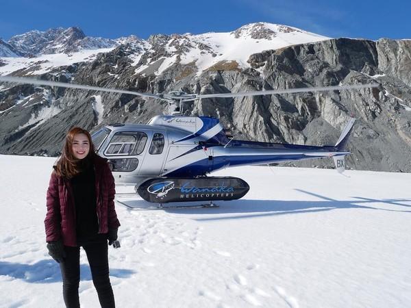 Gadis cantik yang jago dancing ini juga mencoba naik helikopter menyusuri Mount Cook yang bersalju. Dia bahkan duduk di kursi samping pilot. (Instagram/@mabel_goo)