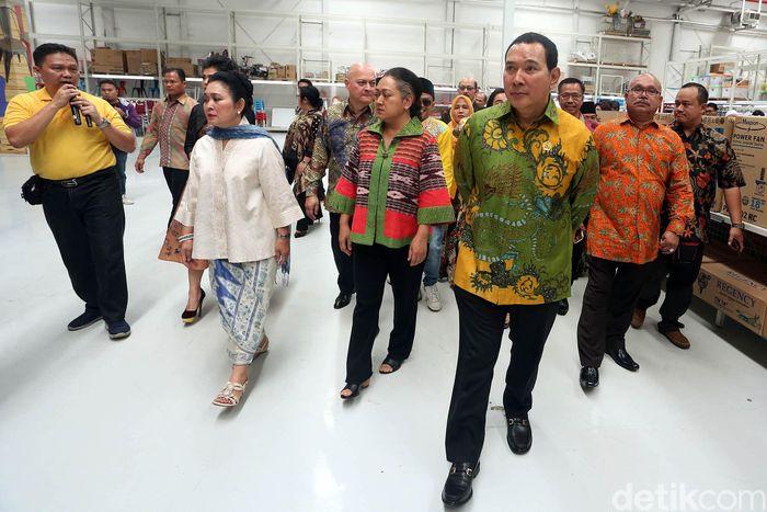 Hutomo Mandala Putra atau yang lebih dikenal Tommy Soeharto membuka multi grosir alias supermarket grosir di Cibubur.