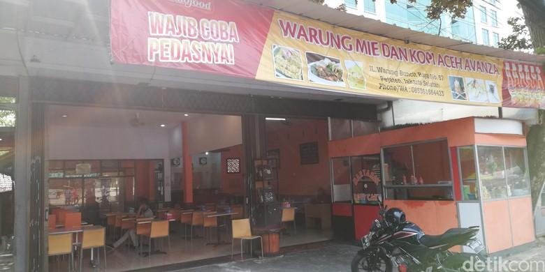 Warung Mie Aceh Pakai Nama Avanza. Foto: Rizki Pratama
