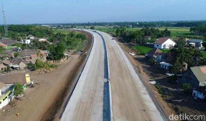 Pengerjaan konstruksi jalur tol yang membentang dari Kelurahan Bukir di Kota Pasuruan hingga Grati di Kabupaten Pasuruan ini dikebut demi mengejar target.