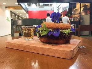 Di 10 Tempat Ini Ada Burger dengan Roti Unik dan Isian Lezat (1)