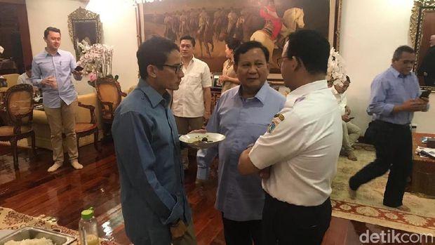 Prabowo saat mengenakan kostum berwarna biru di hari ulang tahunnya.