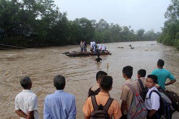 Jembatan Rusak Akibat Banjir, Anak-anak Sekolah dengan Getek
