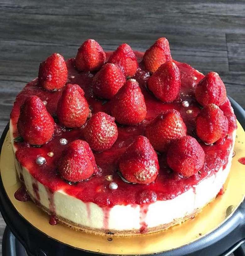 Paduan cream cheese, buah strawberry, dan remahan biskuit bikin orang jatuh hati sama strawberry cheesecake. Apalagi kalau punya topping strawberry yang melimpah. Foto: Instagram myownbakescafe