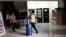 KPK Bawa 3 Koper dan 5 Boks Usai Geledah Kantor DPMPTSP Bekasi