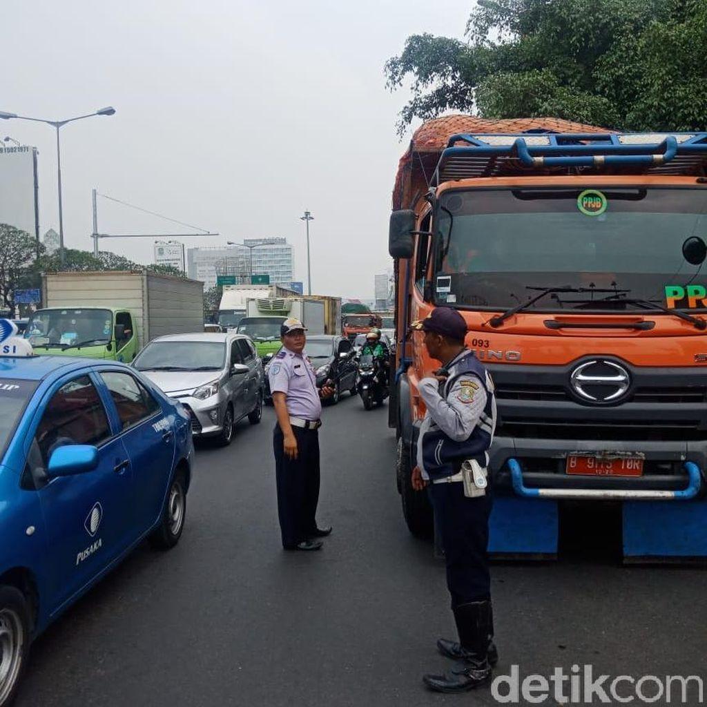 Dishub Bekasi Razia Truk Sampah Jakarta