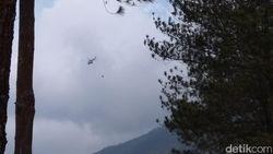 Helikopter Lakukan Pemadaman Kebakaran Merbabu dari Udara
