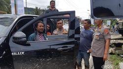 Mobil Kadis di Mandailing Natal Diterjang Banjir Bandang