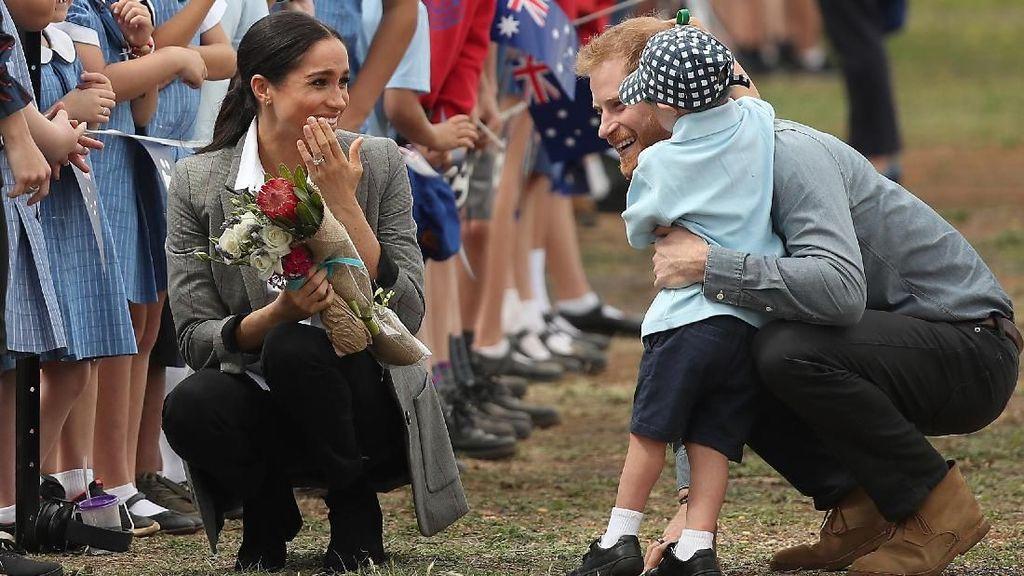 So Sweet! Pangeran Harry Langgar Protokol untuk Foto dengan Anak Kecil