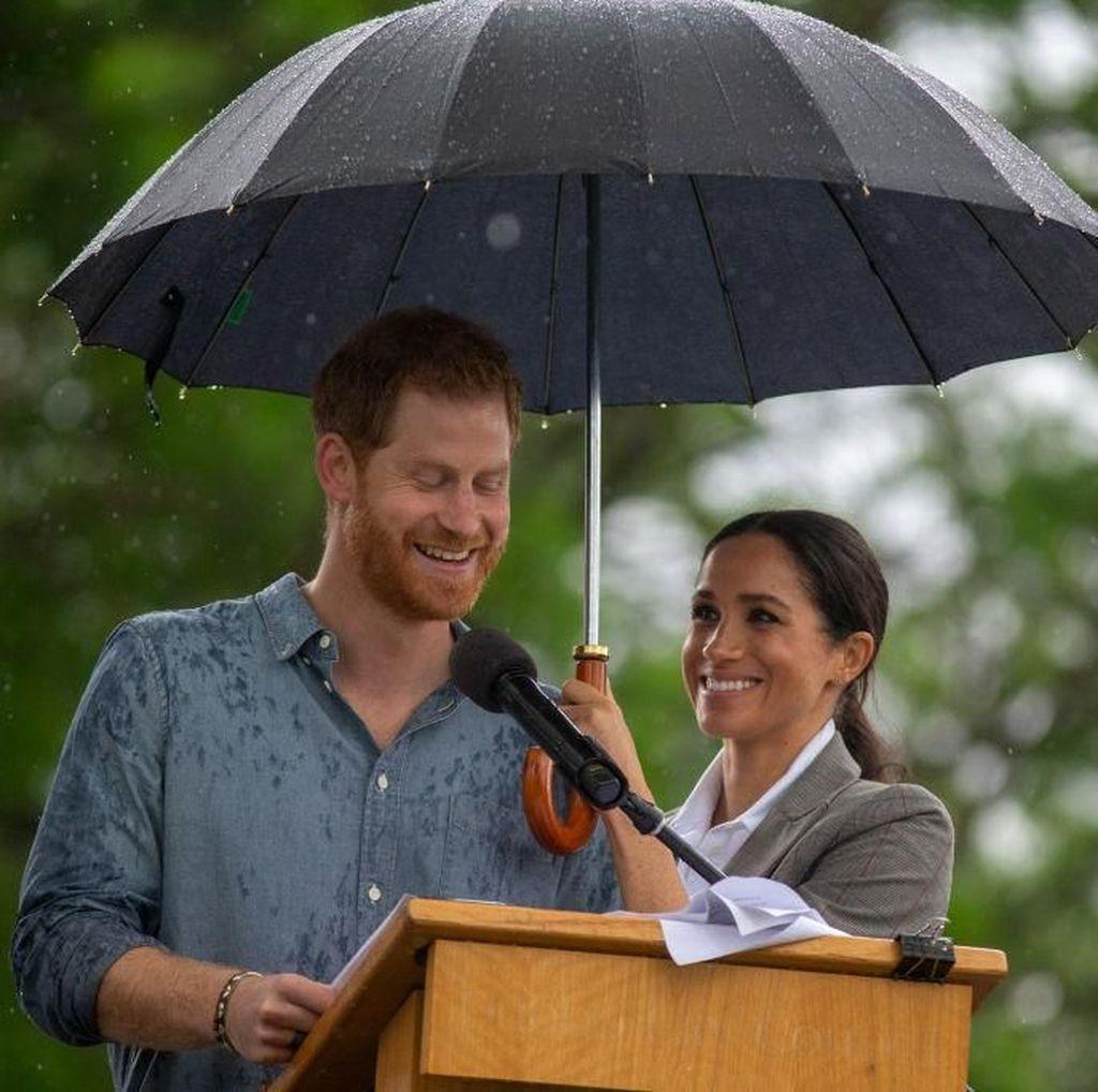 Foto: Saat Meghan Markle Payungi Pangeran Harry, So Sweet!