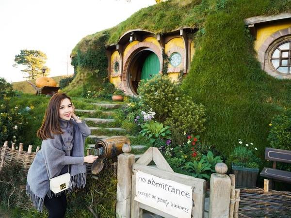 Di sela-sela kesibukannya bertugas sebagai pramugari, Mabel masih punya waktu untuk liburan. Bulan September kemarin, Mabel liburan ke Selandia Baru dan berkunjung ke Hobbiton. (Instagram/@mabel_goo)