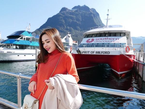 Di Selandia Baru, Mabel mencoba Nature Cruise, wisata naik kapal menyusuri keindahan Milfourd Sound yang mengagumkan. (Instagram/@mabel_goo)