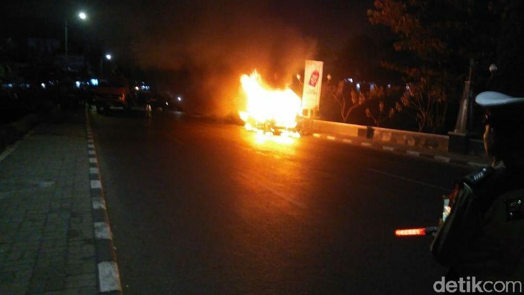 Diduga Korsleting, Mobil Berpenumpang 6 Orang Ludes Terbakar