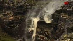 Aliran Air Terjun ini Terbalik Gara-gara Angin Kencang