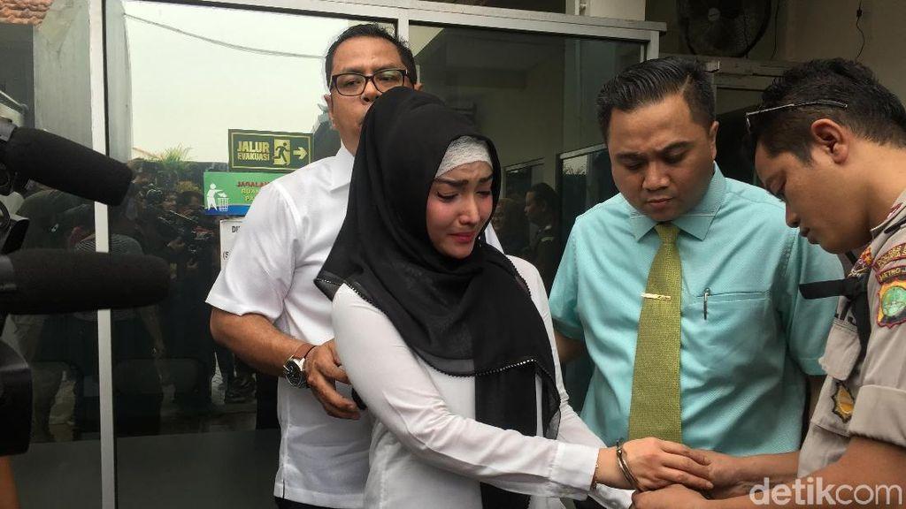 Masih Berkabung, Roro Fitria Kenakan Hijab di Pengadilan