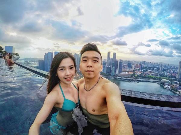 Kemesraan Mabel dan kekasihnya di Marina Bay Sands, Singapura. Mabel dan kekasihnya sudah pacaran selama 5 tahun. (Instagram/@mabel_goo)