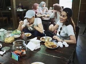 Cantiknya Olla Ramlan Saat Makan Bakmi Bareng Suami 0