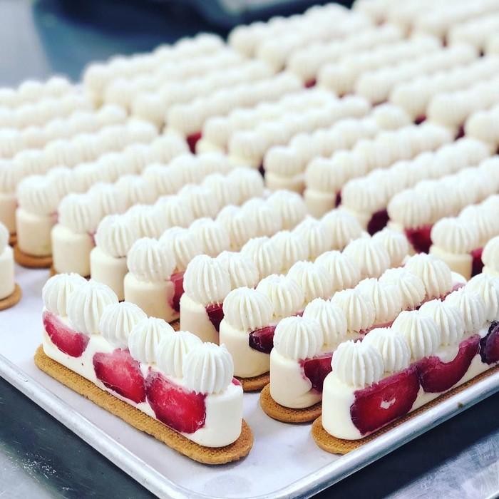 Tak hanya beralaskan remahan biskuit, strawberry cheesecake juga bisa dibuat seperti ini. Ya, dengan biskuit utuh! Foto: Instagram delyseestoronto