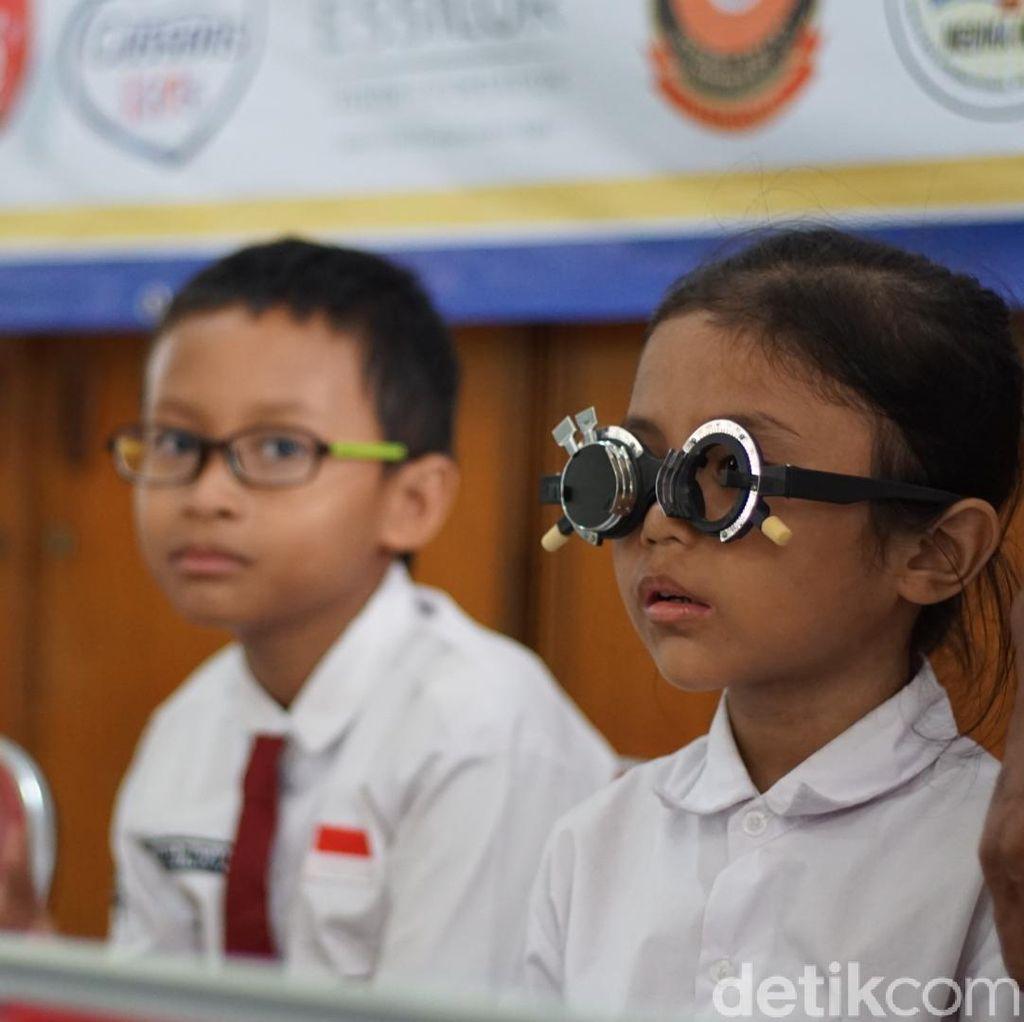 Anak Sering Main Gadget, Ini Tips Biar Mata Tidak Cepat Minus