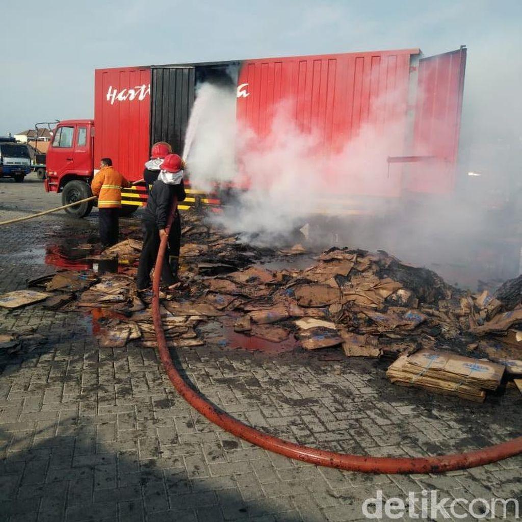 Diduga Korsleting, Truk Sarat Muatan Kardus Terbakar di Probolinggo