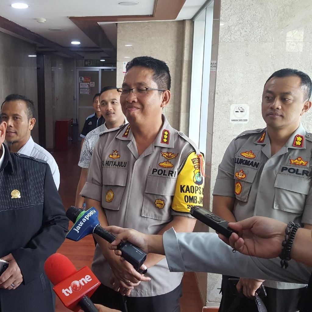 Polisi Cek Ruang Kerja Anggota DPR yang Mengarah Lapangan Tembak