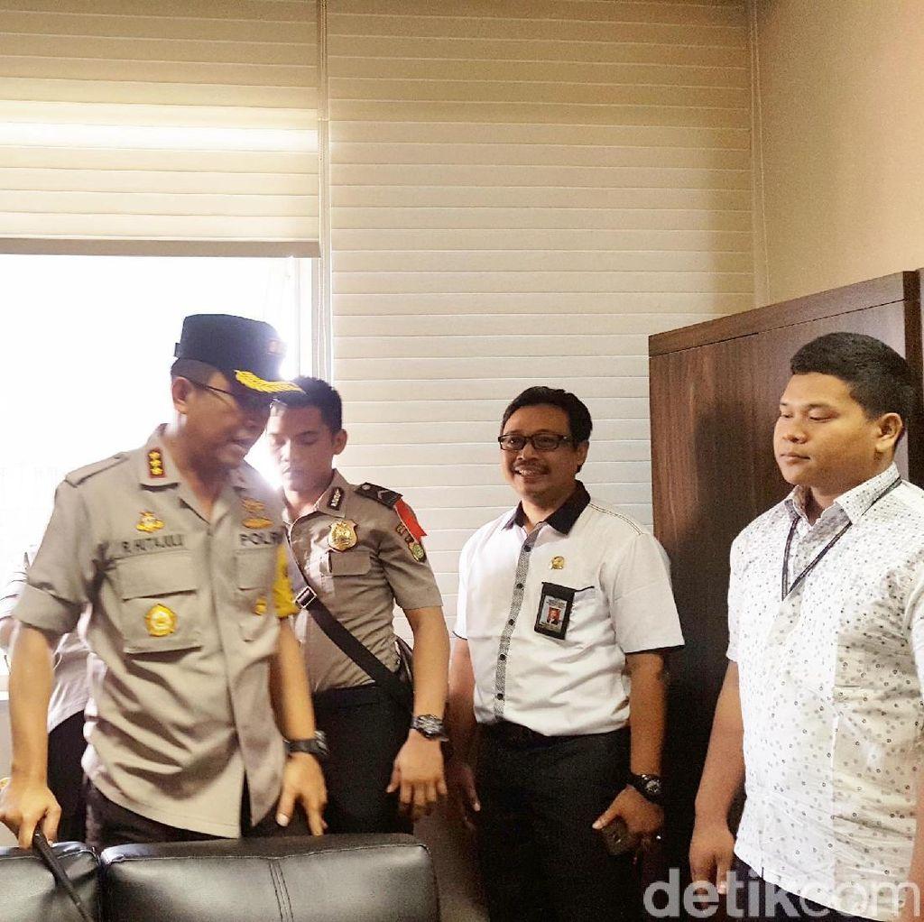 Foto: Ruangan Fraksi PDIP Disisir Polisi Terkait Peluru Nyasar