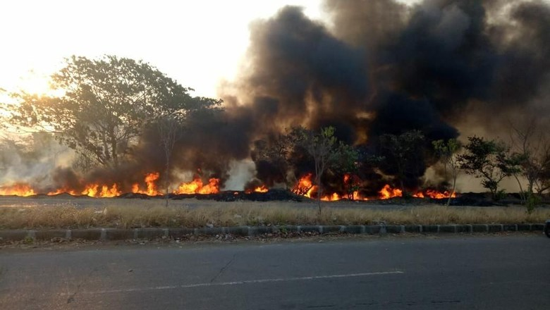 Puluhan Meter Pipa Pembuang Lumpur Sidoarjo Terbakar