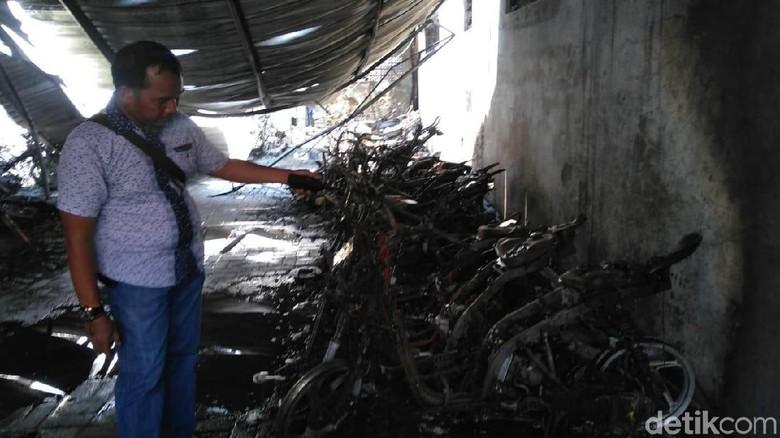 Total 52 Motor SMKN 1 Surabaya dan 1 Mobil Boks Hangus Terbakar
