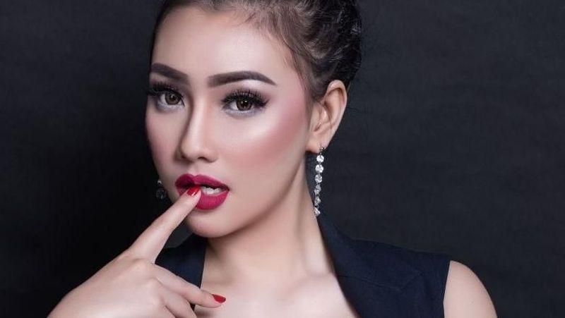 Masih proses cerai dengan Yeslin Wang, Delon dikabarkan dekat dengan seorang mantan model dewasa bernama Putri Juby. Diketahui, Putri suka liburan ke pantai lho (17.putrijuby/Instagram)