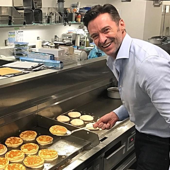 Punya 20,8 juta followers di Instagram. Hugh Jackman masuk ke dalam salah satu aktor yang aktif bermain Instagram. Ini senyuman manisnya saat belajar membuat pancake di salah satu restoran pancake ternama. Foto: Instagram @thehughjackman