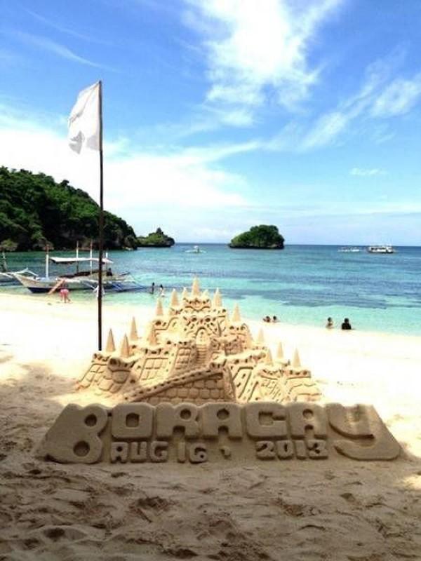 Traveler bisa mengunjungi kota kelahiran Ricky Lee di Camarines Norte, Bicol, Filipina. Di sana, ada sejumlah pantai cantik yang berada di Pulau Apuao Grande dan gugusan pulau Calaguas atau Pantai Boracay yang cantik (Mega Caesaria/dTraveler)