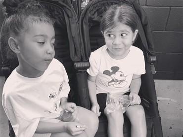 Kalau yang ini sudah seperti sahabat, North West dan Penelope. Lg ngomongin apa sih keduanya? (Foto: Instagram @kimkardashian)