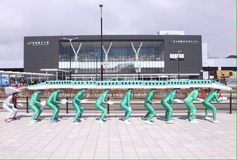 Ini adalah sekolompok cosplay Shinkansen yang siap menyambut wisatawan di Sichionahe, Prefektur Aomori, Jepang. (Shibuya Hayabusa Piercing Corps/Facebook)