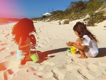 Dari bayi hingga sekarang, North dan Penelope selalu main bareng lho. (Foto: Instagram @kimkardashian)