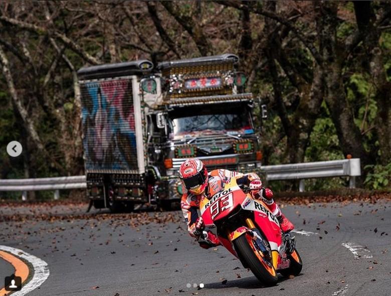 Marc Marquez Cornering di Jalan Raya Jepang. Foto: Instagram/motogp