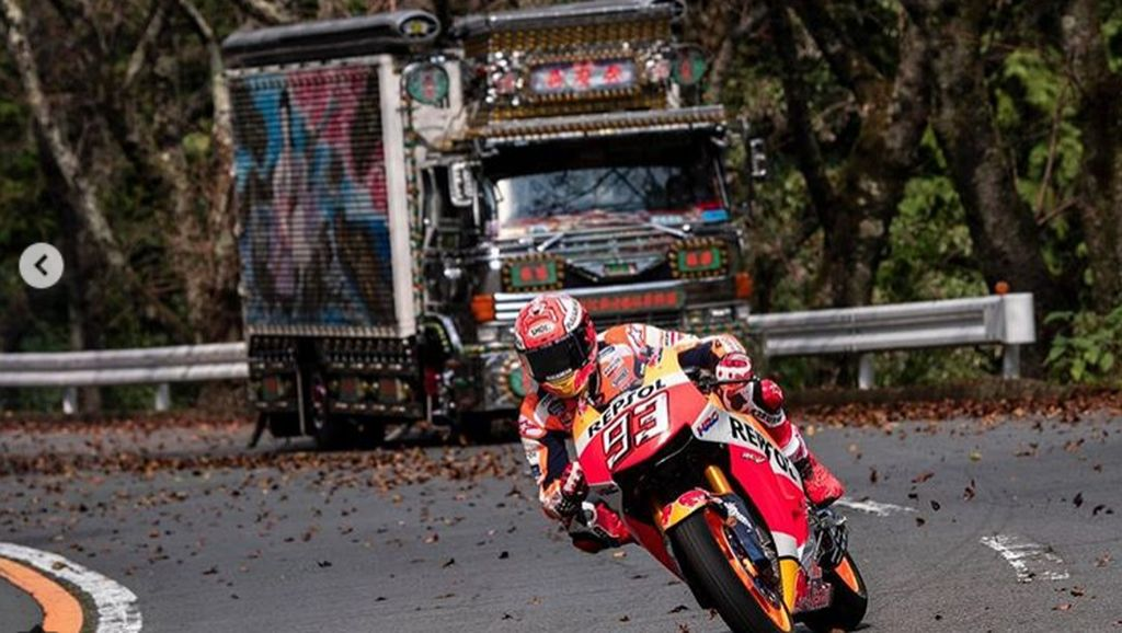 Ketika Marc Marquez Cornering di Jalan Raya Jepang