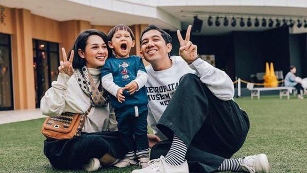 Kehangatan Keluarga Kecil Andien dalam Bingkai Foto