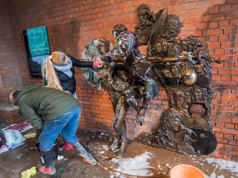 Seorang Pria Ditangkap karena Rusak Patung David Bowie Foto: Rex/Shutterstock