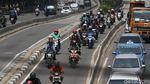 Aksi Pemotor Nakal Hindari Macet di Daan Mogot