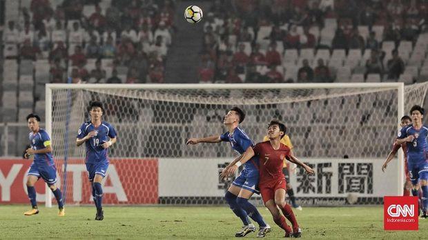 Luthfi Kamal berduel dengan pemain Taiwan.