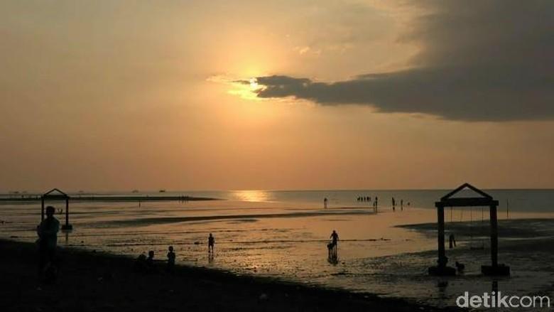 Sunset di Pantai Duta Probolinggo (M Rofiq/detikTravel)