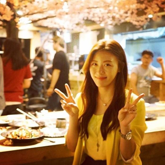 Pemilik nama lengkap Jeon Hae-rim ini lahir di Seoul pada 28 Juni 1978. Ia sudah dikenal sejak tahun 2000 dengan meraih penghargaan sebagai aktris pendatang baru terbaik di Grand Bell Awards lewat aktingnya di Truth Game. Foto: Instagram hajiwon1023