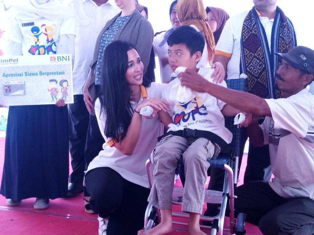Potret Istri Mensos Saat Hibur Anak-anak Korban Gempa Lombok