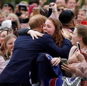 Penggemar Ini Menangis Usai Dipeluk Pangeran Harry
