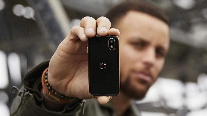 Palm si Ponsel Mini Curi Perhatian di Leher Stephen Curry