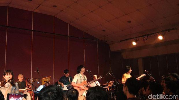 Lamp Manjakan Telinga Penggemar di Jakarta