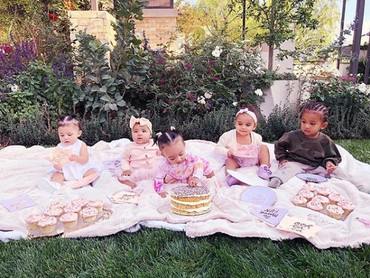 Baru-baru ini Khloe Kardashian mengupload foto anak-anak di keluarga Kardashian. Mereka kompak dan akrab. (Foto: Instagram @khloekardashian)