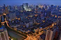Gemerlap lampu jalan di Chengdu, China, nantinya akan tergantikan oleh satelit yang berperan sebagai Bulan tiruan.